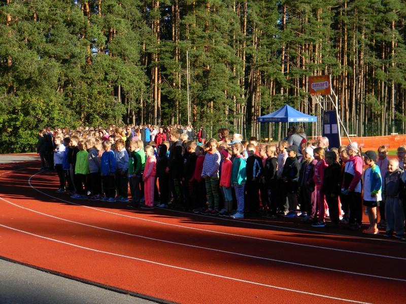 Päev algas koolipere marsiga staadionile. FOTO: Laine Ülemaante