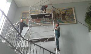 Pilt sai üles kooli töömeeste Olevi, Valdi ja Toomase kätejõul. FOTO: Anne Aasamets