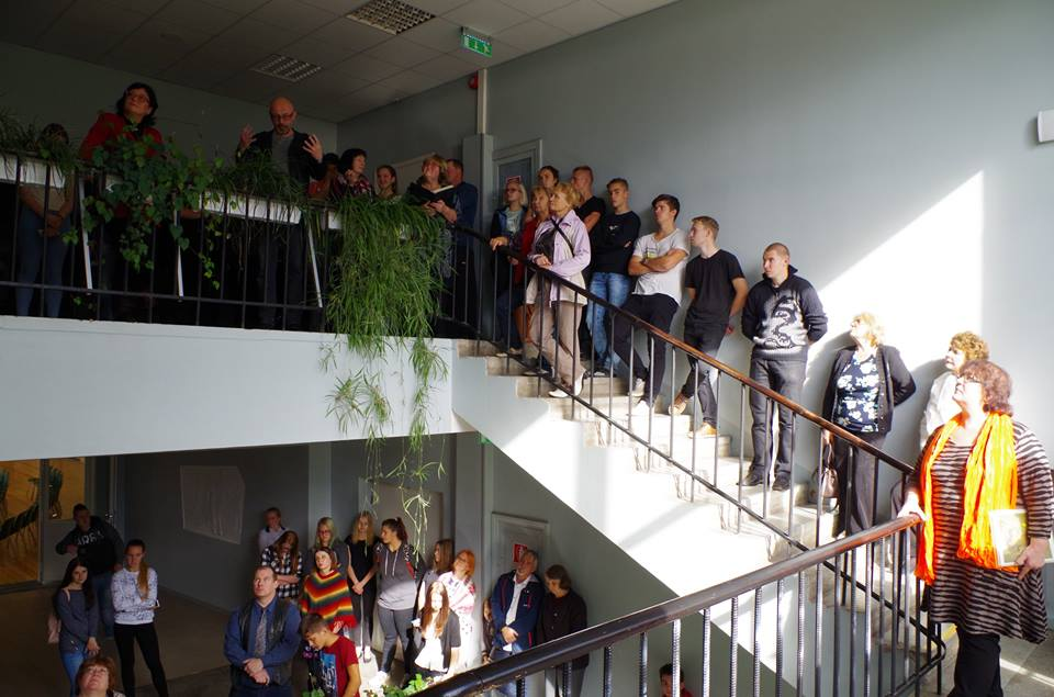 Maali taasavamise tseremoonia toimus kooli fuajees, kus koguni kolmele korrusele oli kogunenud huvilisi. FOTO: Kadri Karon