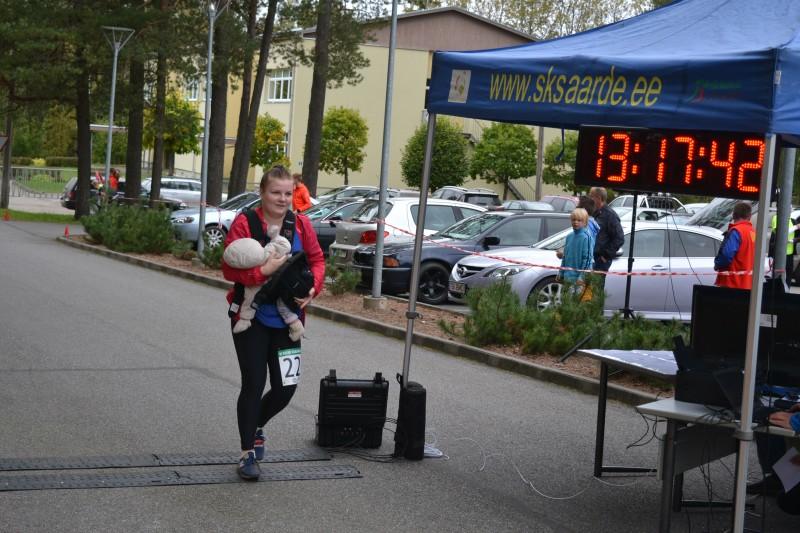 Helen-Carol ületas finišijoone koos magava lapsega.