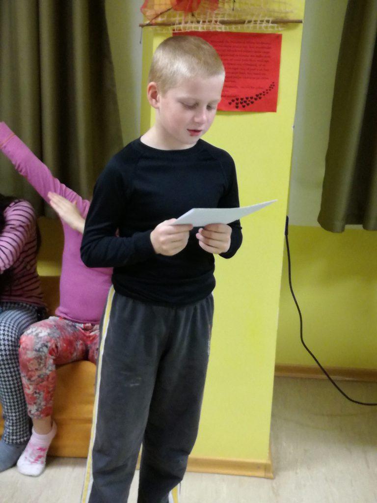 Markus etleb oma kirjutatud luuletusega. FOTO: Age Link