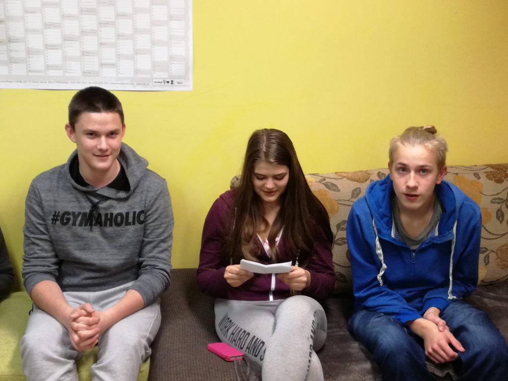 Urmas-Sten, Anne-Liisa ja Mattias kannavad ette oma luuletust õpilaskodu kohta. FOTO: Age Link