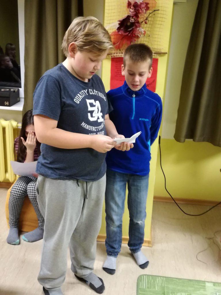 Väikesed rebased Kerdo ja Sten kannavad ette oma luuletuse. FOTO: Age Link