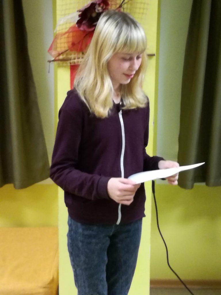 Vapper rebane Anette-Eliisa esineb teistele õpilaskodu elanikele oma luuletusega. FOTO: Age Link