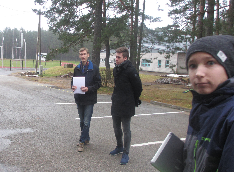 Ago ja Mart tutvustavad 8.a õpilastele Locus Map toimimist. FOTO: