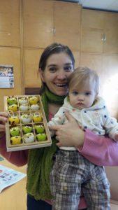 Õpetaja Reine Klettenberg oma pisitütre ja viieteistkümne valminud öökulliga.