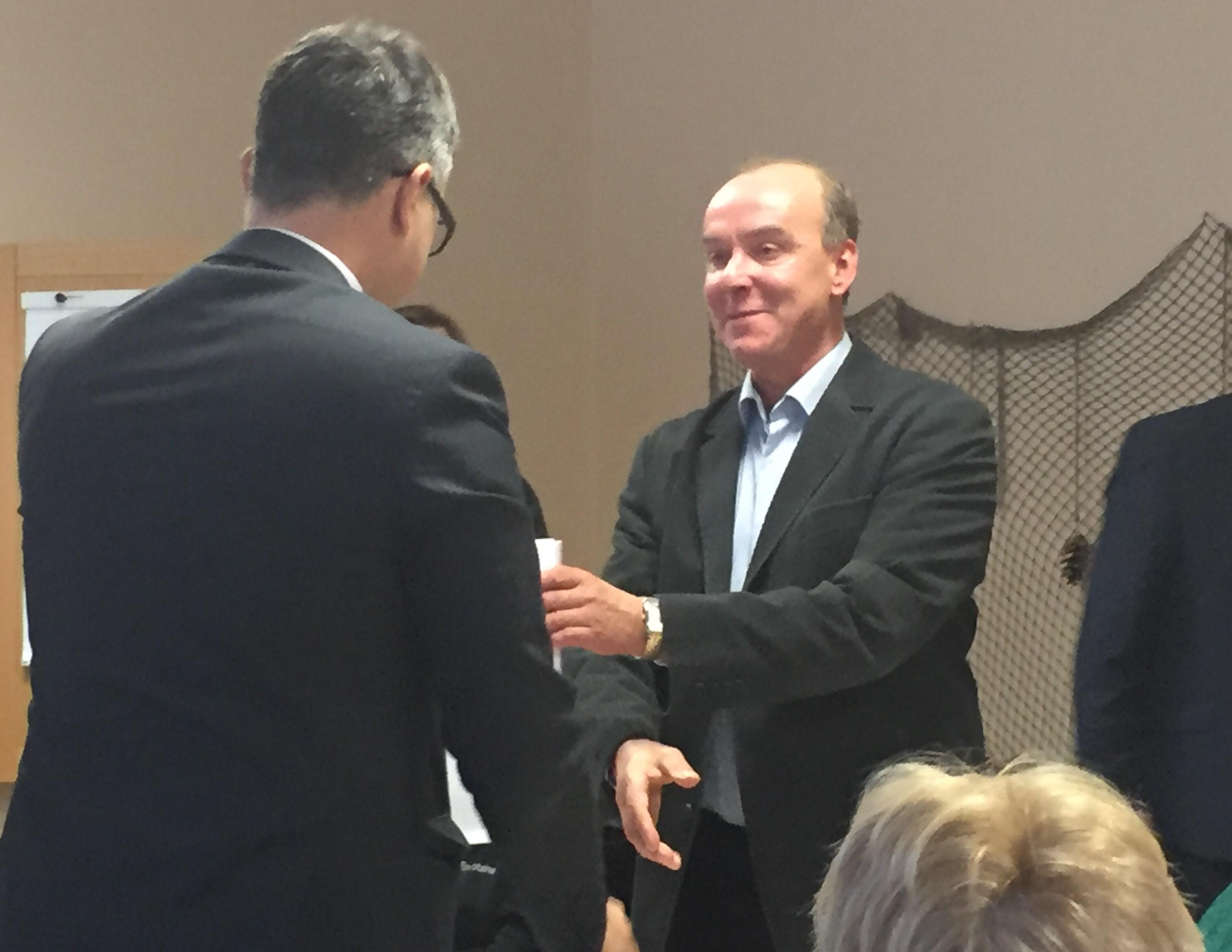 Saarde Vallavolikogu esimees Väino Lill kätlemas Mihhail Korbiga. FOTO: Auris Aleksandrov