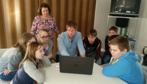 Veebihuvilised Raido Keskküla töötoas veebitoimetaja tegemisi lähemalt kaemas. Foto: Kätlin Laur